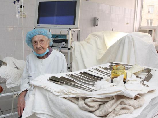 Старейший хирург России 90-летняя Алла Левушкина проводит до ста операций в год