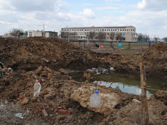 Бесхозный открытый люк в Яшкуле может стать местом очередной трагедии