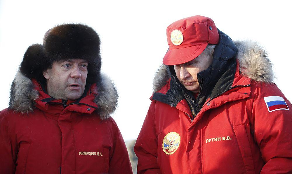 Усталый Медеведев в ушанке прилетел с Путиным в Арктику