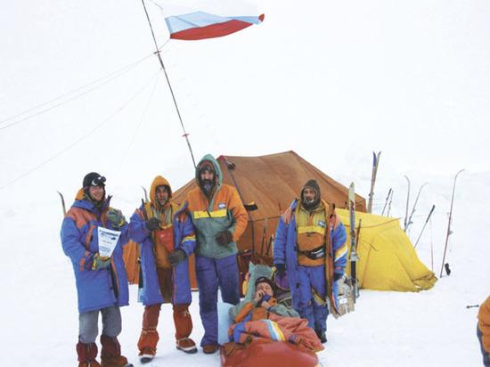 25 лет назад над Северным полюсом впервые подняли флаг России