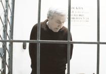 Отец скандально известного бывшего сотрудника ГУЭБиПК Дмитрия Захарченко Виктор, обвиняемый в растрате денег банка, останется под стражей до 30 мая