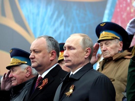 Песков объяснил, почему парад Победы Путин встречал только с Додоном