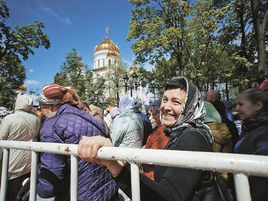 Преодолев огромную очередь к мощам самого любимого святого, православные молили о детях, любви и спасении от алкоголя