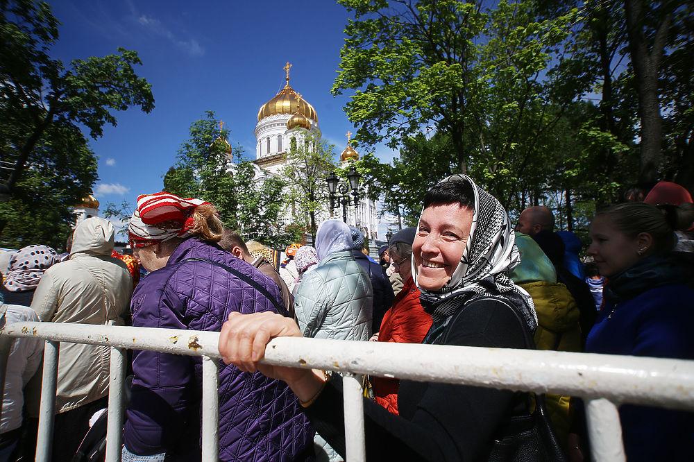 Тысячи паломников выстроились в километровую очередь к мощам Николая Чудотворца