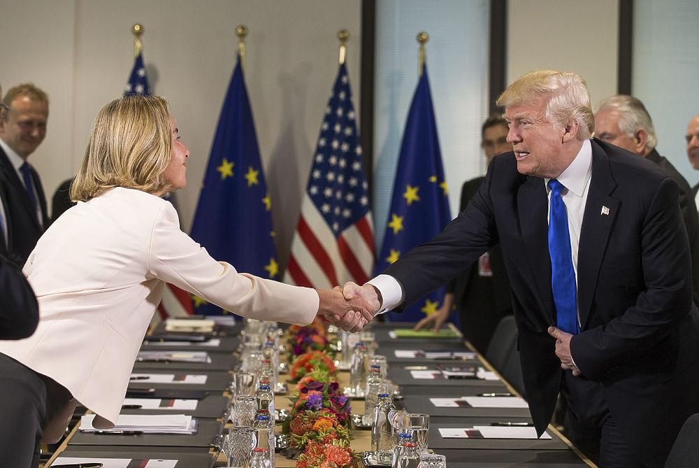 Синий галстук и белые костяшки: эксцентричный Трамп на брюссельском саммите