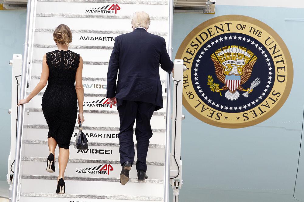 """Меланья Трамп показала наряды: от черной вуали до стиля """"сафари"""""""