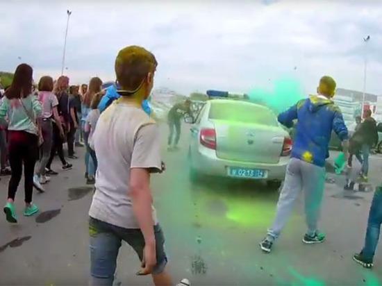 Челябинские дети атаковали автомобили полиции с криками