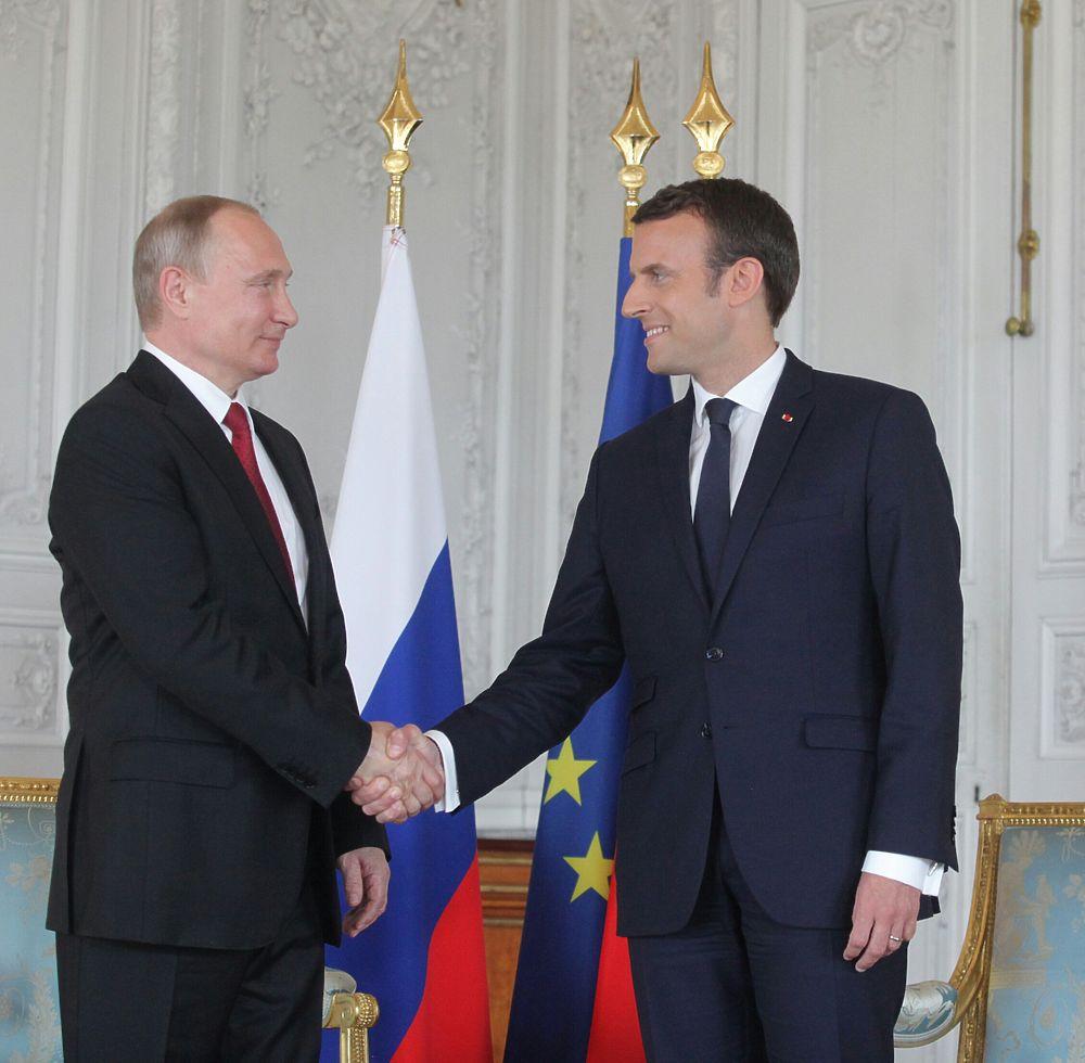 Путин и Макрон померялись брутальностью: кадры встречи