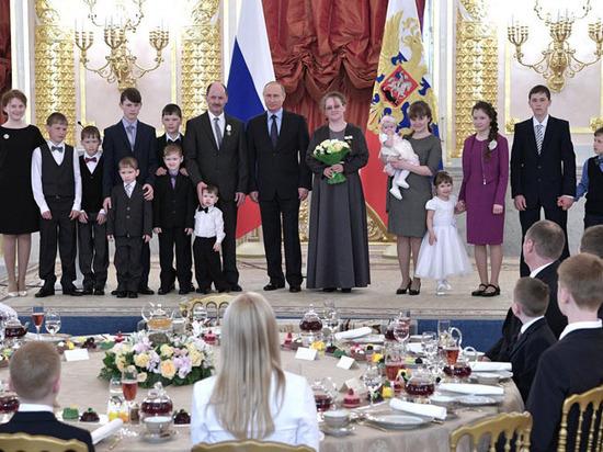 Путин в Кремле утешил уставшего малыша: