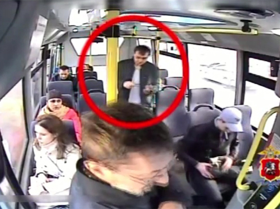 Пассажир маршрутки разбрасывал деньги, чтобы обворовать других пассажиров