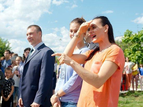 Елена Исинбаева ждет от дочки песен и стихов