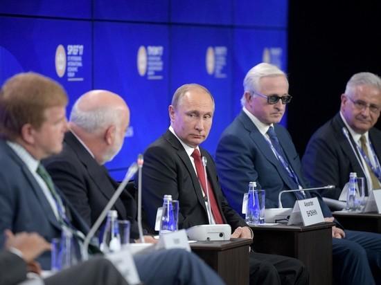 Президент прибыл на пленарное заседание форума в хорошем настроении