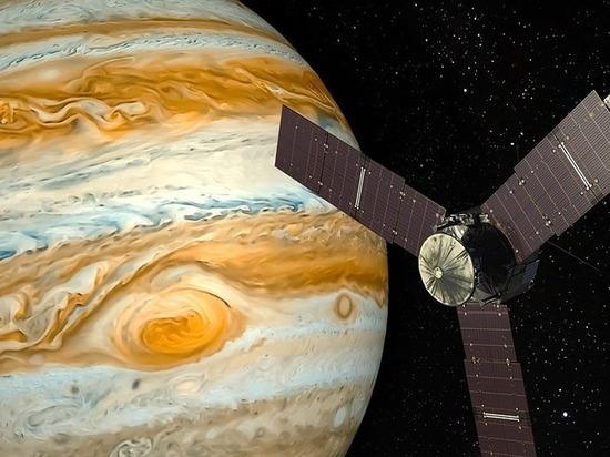 В интернете опубликовано видео полета над ураганами Юпитера