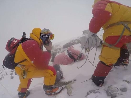 Закончена первая гуманитарная экспедиция на самую высокую гору мира