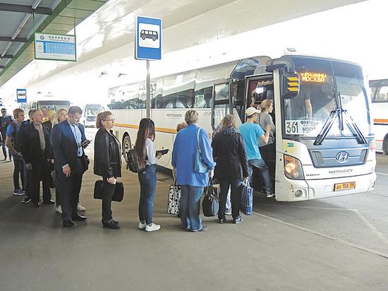 Пассажирам в автобусах оставили одну дверь