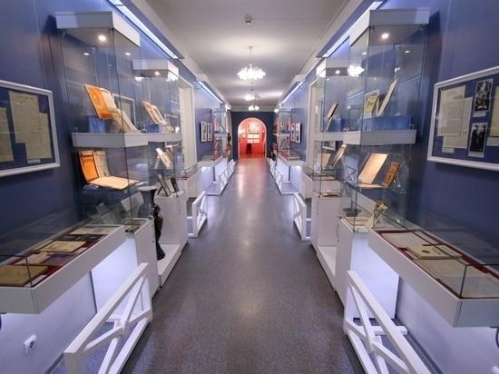 Сотня экспонатов представлена на выставке в Государственном музее истории литературы, искусства и культуры Алтая