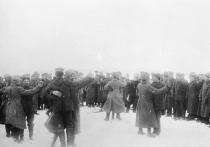 Люди в серых шинелях не хотели сражаться с внешним врагом, зато открыли внутренний фронт