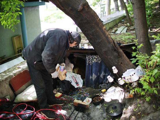 Землянка имени Сахарова: возле выставочного центра обосновались бомжи
