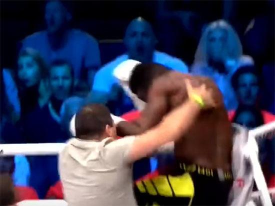 Болельщики на ринге отлупили кикбоксера, исподтишка вырубившего соперника из Армении