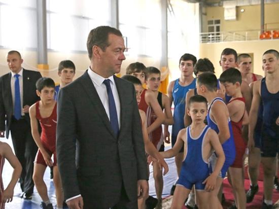 Медведев на Кавказе объяснил, что помогает отвадить подростков от экстремизма