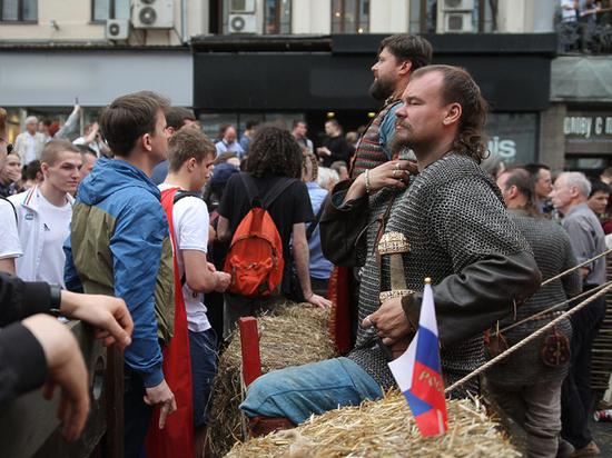 «Прячь мечи!»: реконструкторы на Тверской 12 июня закрывали людей щитами