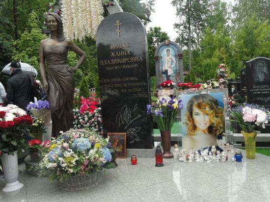 Ольга Владимировна призналась, что редко ходит на кладбище, так как Жанна всегда считала, что посещать нужно живых, а не мёртвых