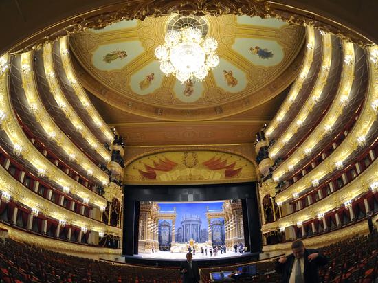 Люстры Большого театра «проспиртуют» во время генеральной уборки