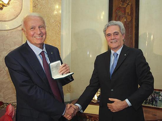 Знаменитого телеведущего наградили высшим итальянским орденом