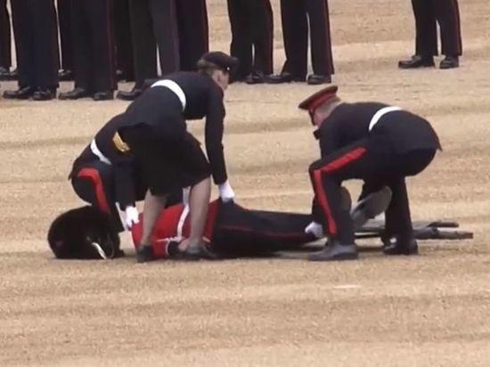 На дне рождения Елизаветы II произошел массовый обморок гвардейцев