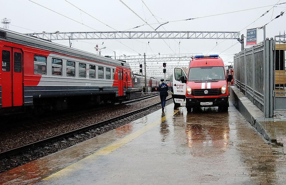 В Москве в результате столкновения сошел с рельсов поезд