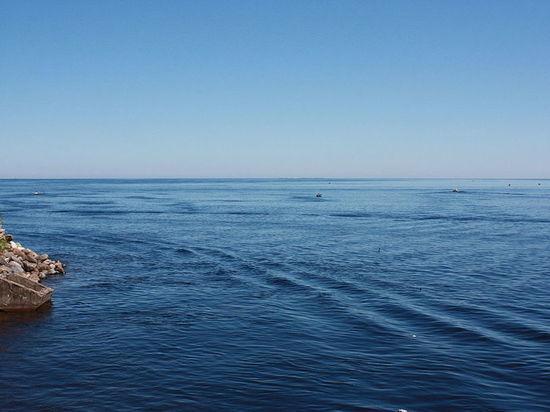Лодка с пятью подростками перевернулась в шторм на Ладожском озере