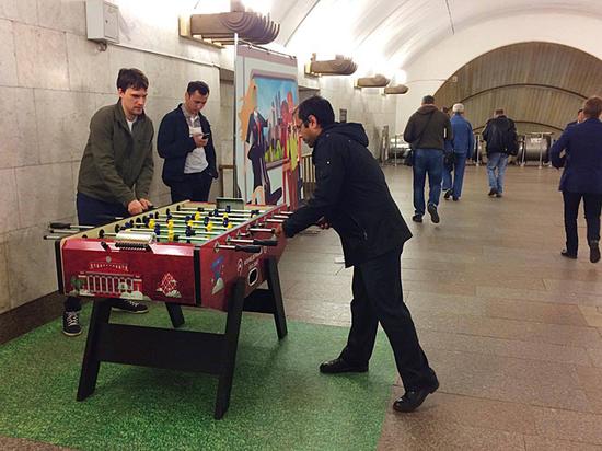 В переходах между станциями установили столы с мини-версией этой игры