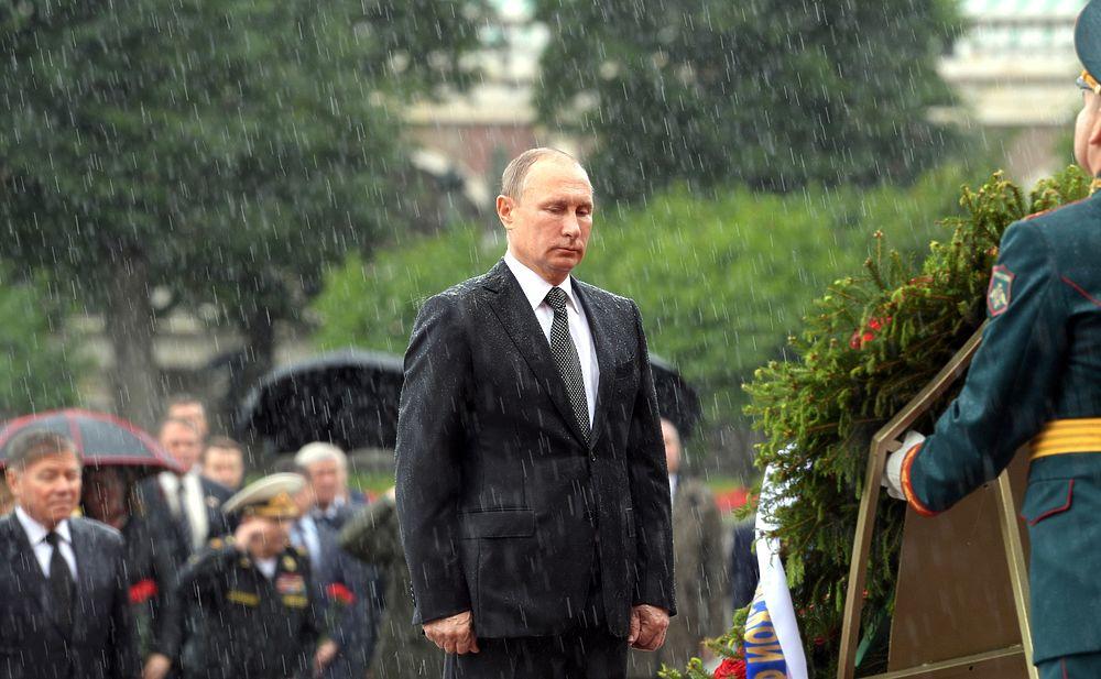 Путин и Медведев вымокли до нитки у Могилы Неизвестного солдата