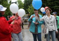 Затянутое тучами небо не помешало москвичам собраться воскресным днем, 25 июня, в парке «Сокольники», чтобы пообщаться с журналистами «Московского комсомольца» на праздничной акции «Хорошее настроение!»