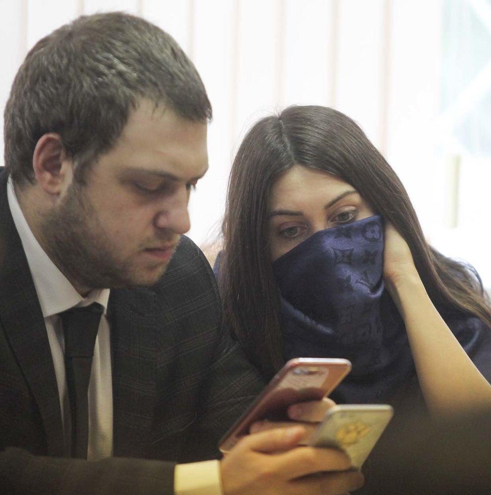 Стритрейсерша Багдасарян пряталась в суде за шарфом и темными очками