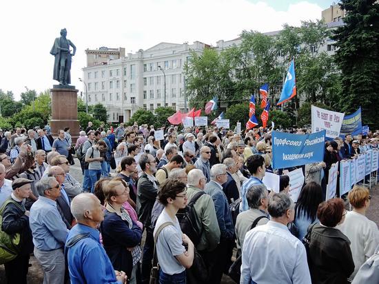 Митинг в защиту науки на Суворовской площади собрал 800 человек