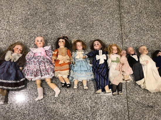 У пассажирки в «Домодедово» нашли в чемодане 25 старинных кукол