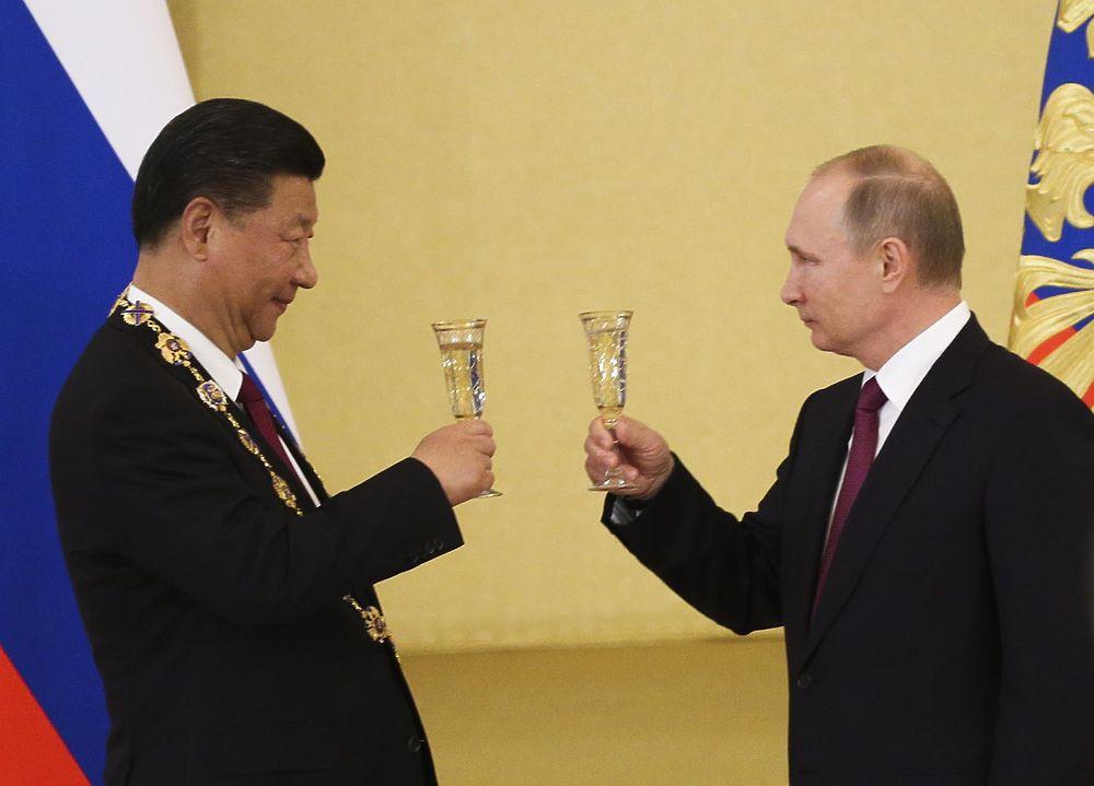 Златая цепь на госте том: Путин вручил орден Си Цзиньпину