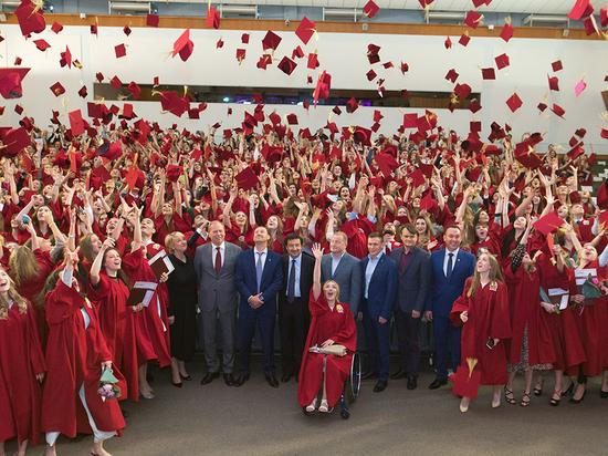 Выпускникам Московского кампуса и филиалов Президентской академии вручил дипломы с отличием на торжественной церемонии ректор Владимир Мау
