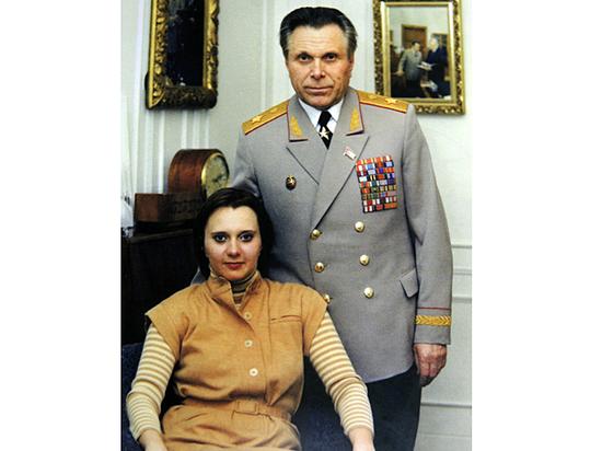Ирина Щелокова со своим отцом. Середина 1970-х годов. Фото из семейного архива.