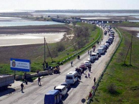 Километровые очереди в Крым: «Украинцы не откажутся от традиций»