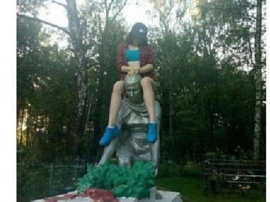 Развратную фотосессию с памятником погибшим воинам под Калугой устроила 17-летняя девочка