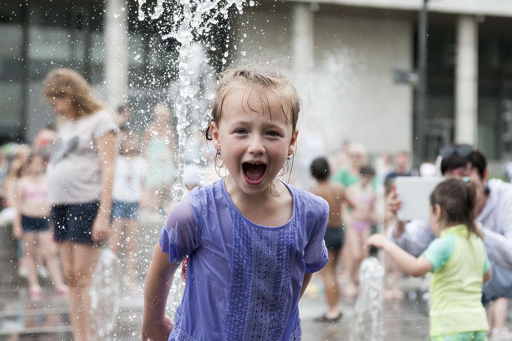 Самый жаркий день года: москвичи спасались от пекла в фонтанах