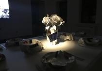Керамические фигурки, кадильницы, обеденный сервиз, выполненный в спокойных бело-синих тонах: все это приглушено таинственным освещением и благоговейной тишиной