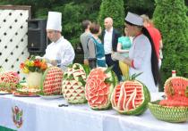 В Москве начался сезон продажи арбузов: вместо клеток деревянные палатки