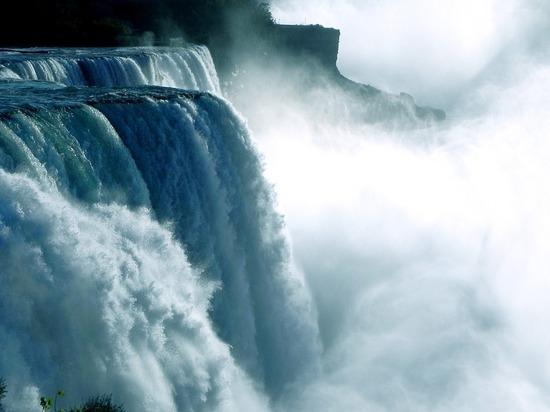 Ниагарский водопад стал черным и зловонным на глазах туристов