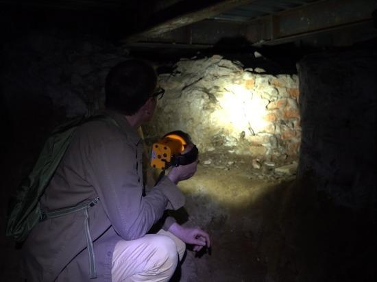 В подземелье, которое грозит обрушить центр Москвы, бомжи соседствуют с черепами