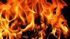 На юге Волгограда тушат крупный пожар на складе пиломатериалов