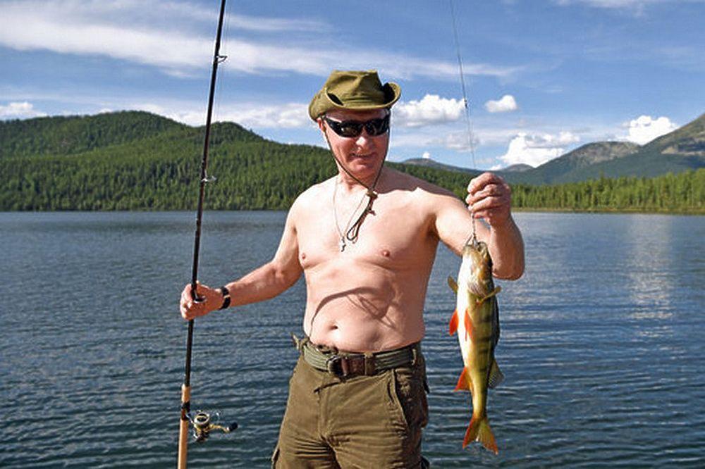 Поразивший всех Путин предстал без рубашки на фото с рыбалки