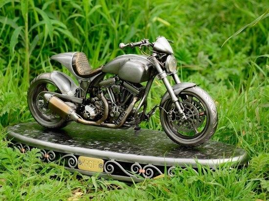 Калужанин изготовил мотоцикл в миниатюре в подарок голливудскому актеру Киану Ривзу